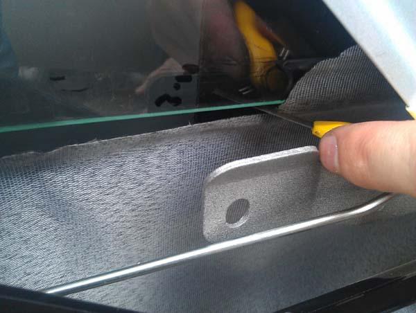 Сверлим отверстие в верхней части двери (координаты указаны в инструкции), нижние отверстия используем штатные.  Вставляем механизм в отверстия (показаны стрелками) и накручиваем гайки М10, затягиваем ключом.      Включением мотор-редуктора поднимаем каретку максимально вверх, совмещаем отверстия на каретке и стеклодержателе, фиксируем винтами.    Установка ЭСП  / стеклоподъемников в Лада Гранта: